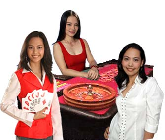Immagine con dealers che lavorano in un casino accanto ad un tavolo di roulette.