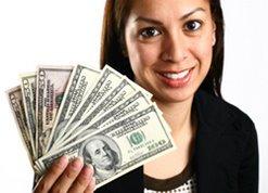 Donna con in amno dei soldi cash vinti alla roulette.